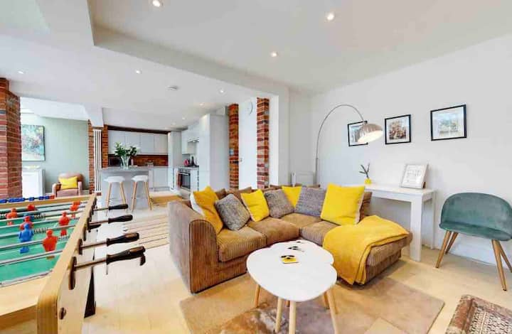 Super 7 bed, 3.5 bath house free parking on site