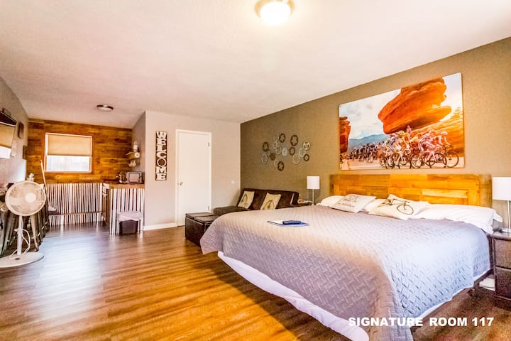 Pure Colorado! Family Suite 117 Newly Renovated Bicycle Themed near Manitou Springs & Old Colorado City- 1 King, 1 Queen, Bunk, Futon & Kitchenette