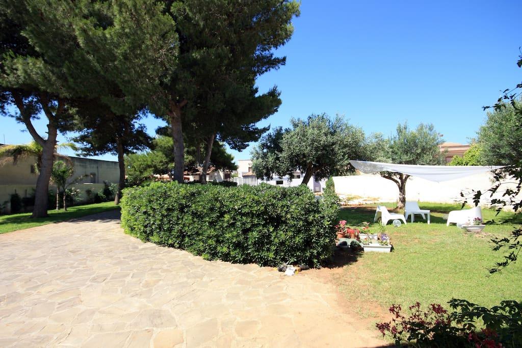 esterno con giardino e zona relax