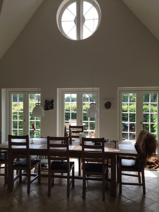 Big kitchen with room for 12 people (1 children chair available) - Køkkenalrum op til kip 10-12 spisepladser (incl. 1 barnestol)