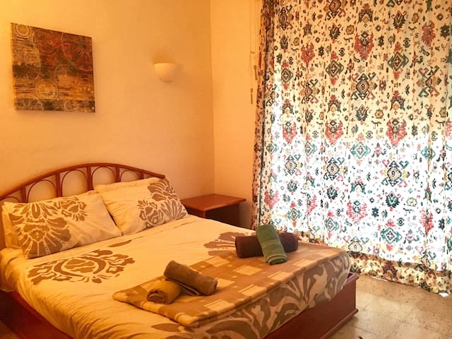Double room in quaint apartment with sea views