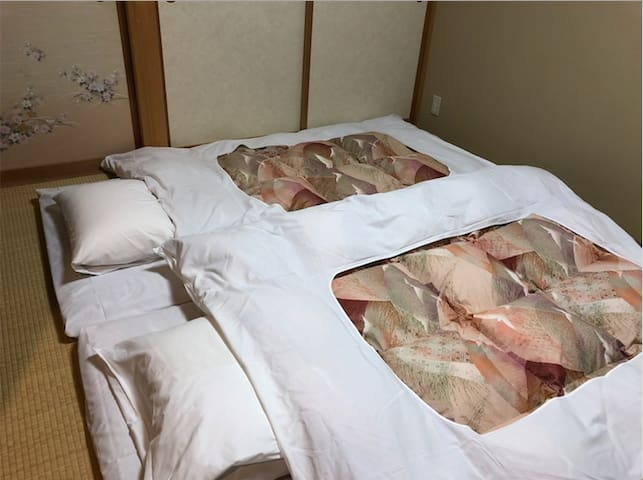 futon × 2 .Japanese traditional style of beds are cool in the summer , warm in the winter. You can experience traditional japanese culture in futon.  蒲团×2。夏季传统风格的床铺凉爽,冬季温暖。您可以在蒲团体验传统的日本文化。