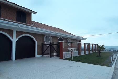 Casa em frente ao Mar com Piscina Coberta e WiFi!