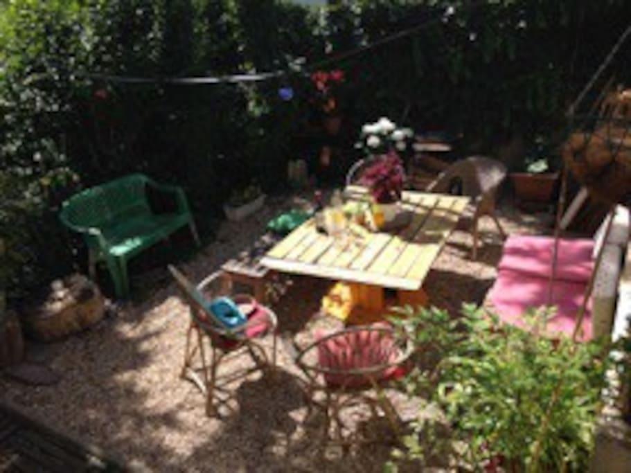 Le coin détente-barbecue du jardin, attenant à la véranda.