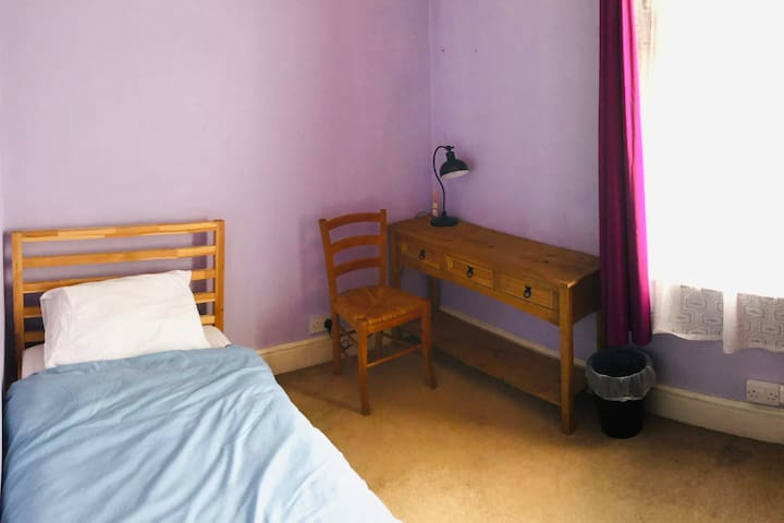 Single room in Liverpool L15 - WiFi and Desk