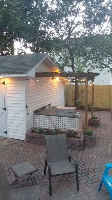 Fully functional outdoor kitchen, sink with running water, giant Vidalia brand grill hooked up to natural gas line, no propane tank needed. Patio stringer lights for ambience.