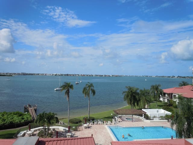2 Bedroom Condo Well Supplied Minutes To The Beach