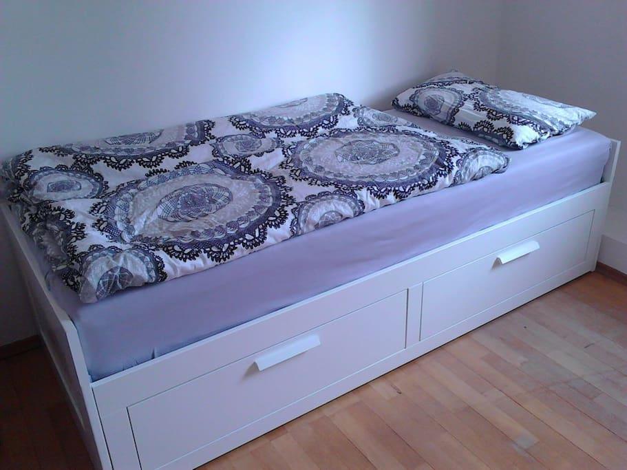 Bett kann man zum Doppelbett ausziehen