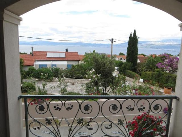RI - Apartmentwith Terrace and Sea View