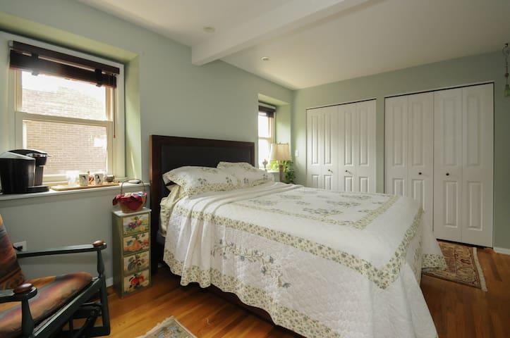 Rittenhouse Sq Spacious Suite on Quiet Street