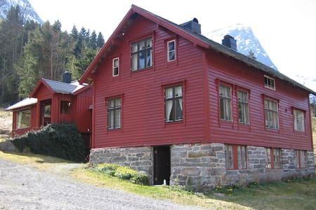 Gårdshus med flott beliggenhet! - Nordangdal - Haus