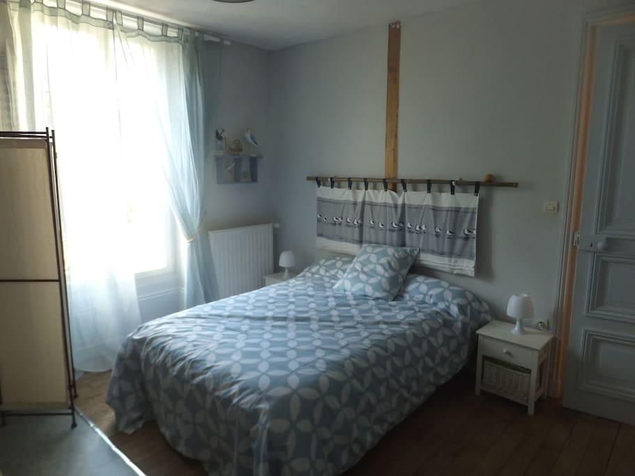 lit 2 places avec possibilité d'ajouter un lit d'appoint.