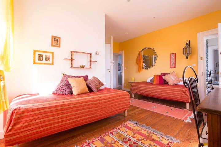 """Chambre deux lits jaune """"Maroc"""""""