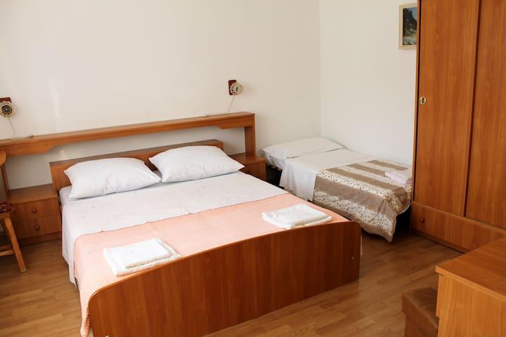 Spacious Apartment for Four - Žrnovo - Appartement