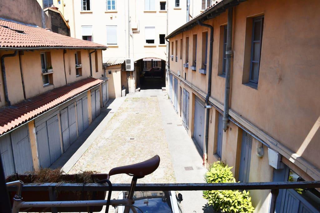 La cour intérieur au calme, depuis le balcon