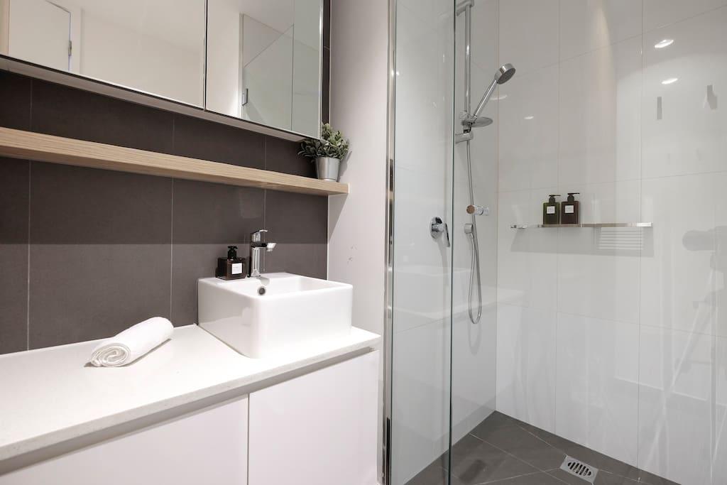 Modern and clean bathroom.