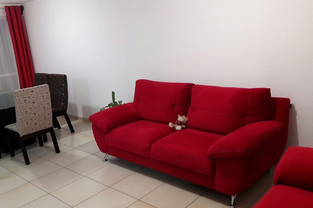 Confortable sala comedor con tv