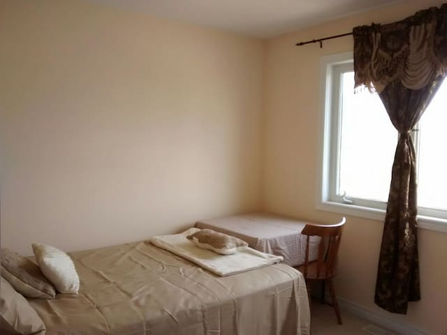 Charming  bedroom with free parking - Kitchener - Maison