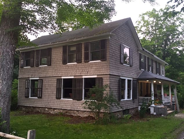 1835 Greek Revival Farmhouse - Egremont - Hus