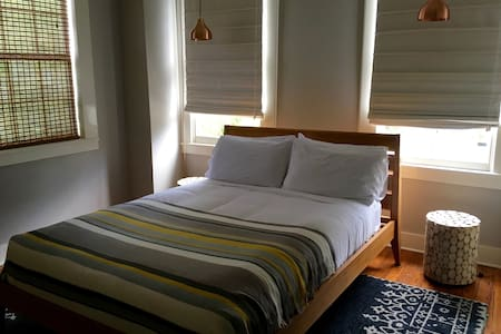 Modern Room w/ Private Bath in Historic Guesthouse - Savannah - Adosado