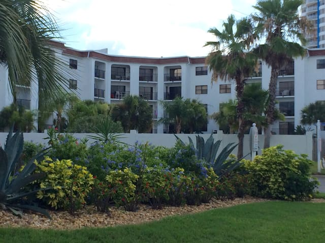 Sunny Beach Condo- Great Beach Acce - Daytona Beach Shores