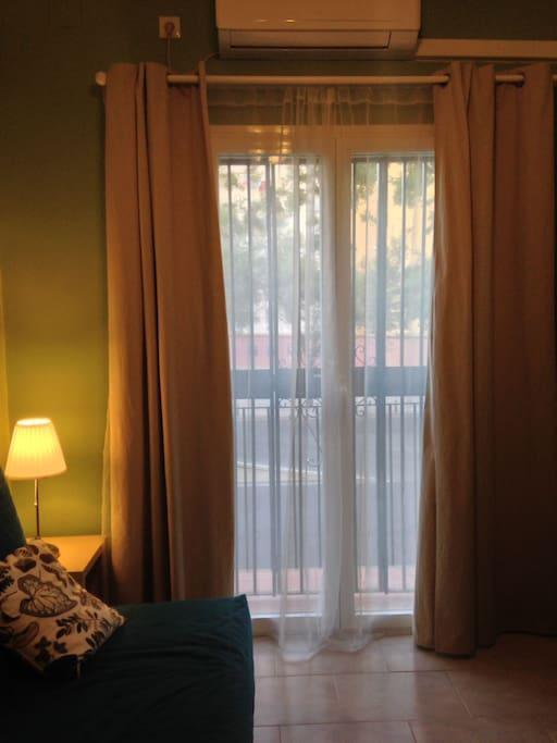 Salón con balcón