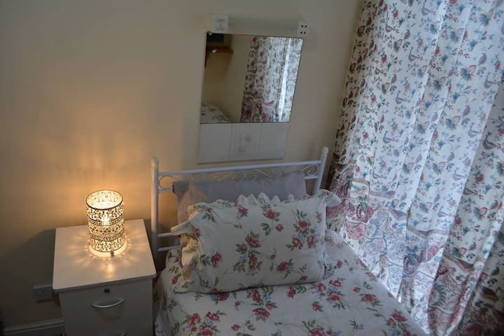 Stanley Hotel - Single room with wifi, ensuite shower, tea/coffee