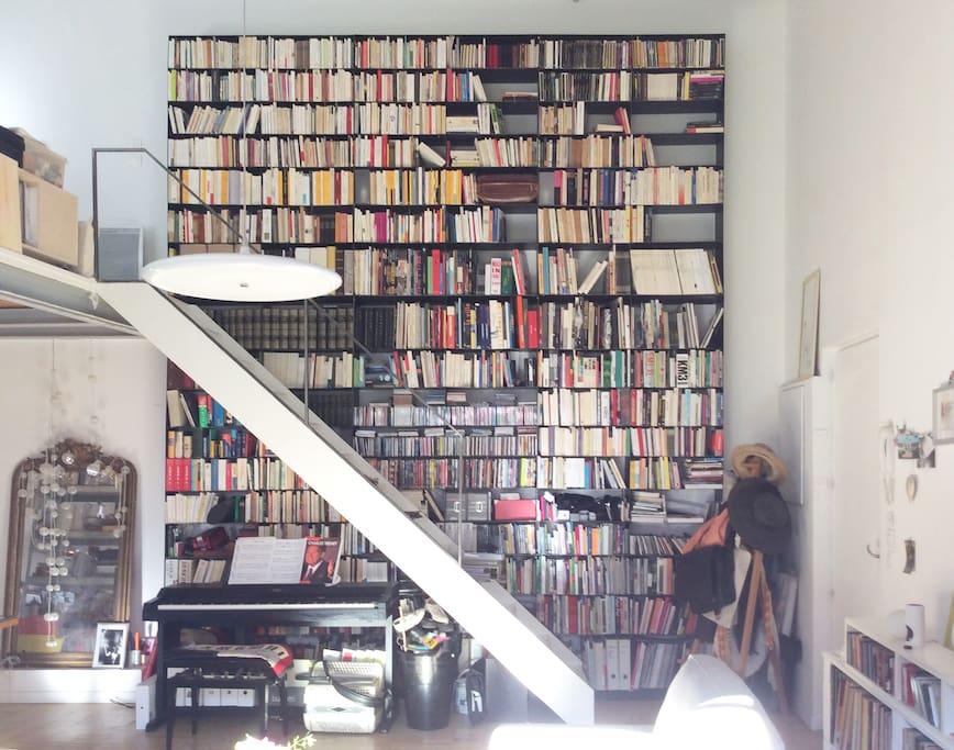 L'escalier montant vers la mezzanine