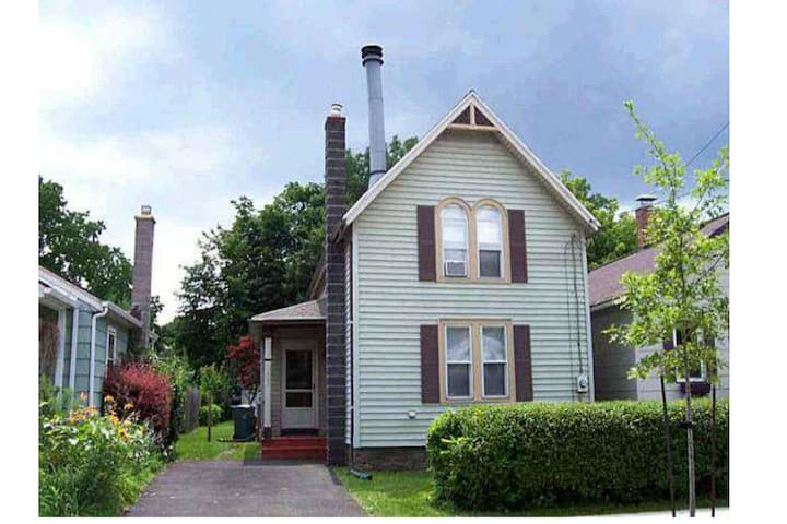 Whole 2 Bedroom House, South Wedge