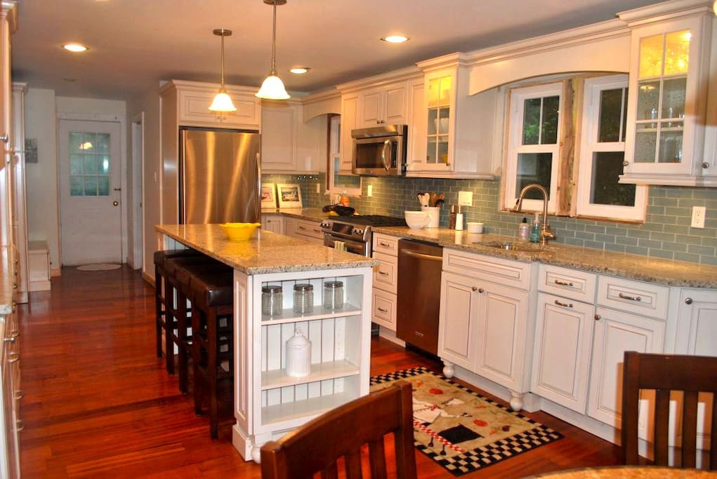 Modern Chef's Kitchen / Gas Stove / Stainless Steel Appliances/ Dishwasher / Microwave / Coffee Maker / etc etc etc