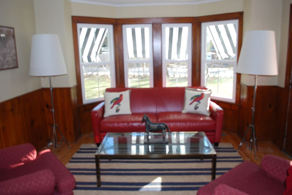Living Room with Cable TV / DVD / Wireless Internet