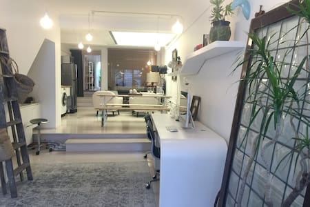 The Designer's Den: Spacious 1BR Perfect Location - Surry Hills