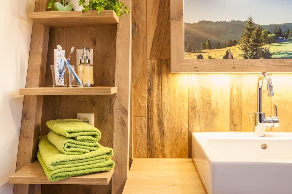 tolles neues Bad mit Fliesen im Holzdielen-Look!