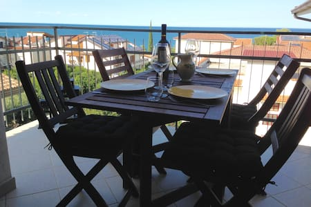 Sea view apartment two minutes from the beach