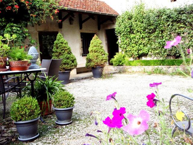 Au Cadran Solaire ,  Romance 3*** - SANCEY LE GRAND - Haus
