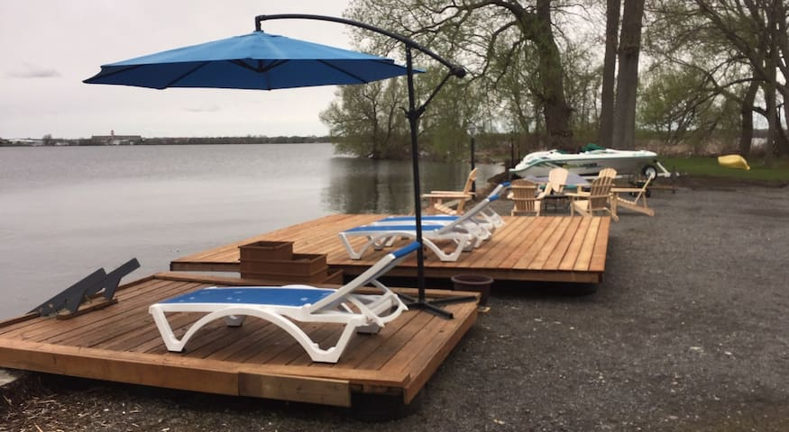 Waterfront Bay of Quinte: private decks&boat ramp