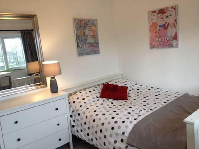 Double Room in Modern House in Leeds, W Yorks.