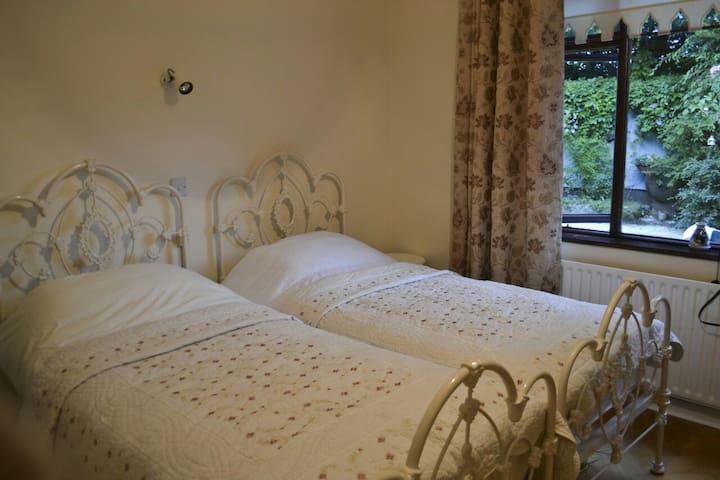 Large twin room & breakfast - Drumree - Bed & Breakfast