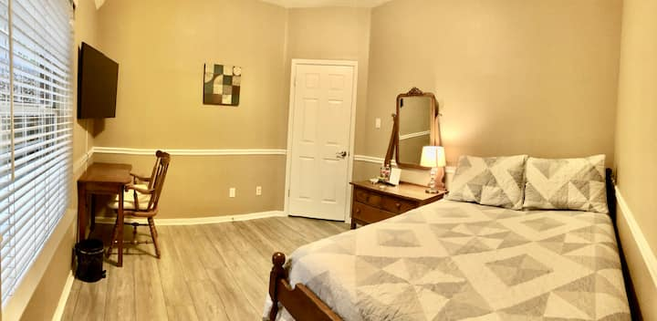 Private bedroom-minutes from Woodlands Mall & I-45