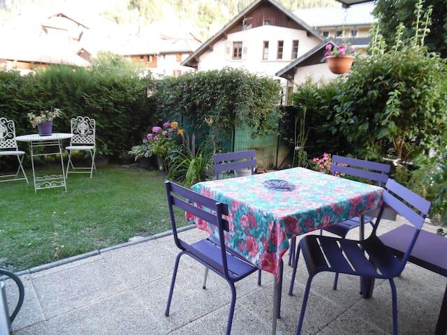 Appartement avec jardin fleuri au coeur du village