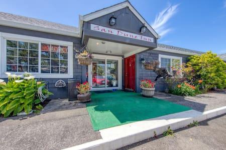 Walk everywhere! Dog-friendly motel studio near the beach & downtown!