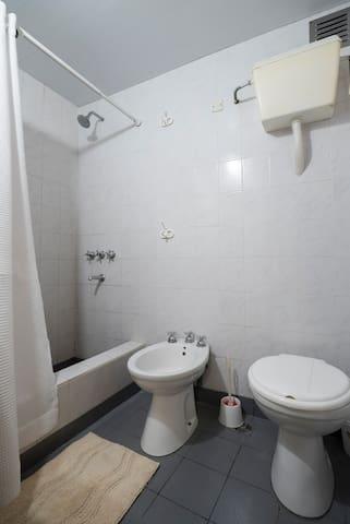 el bano se encuentra en la planta baja y cuenta con Ducha agua fria y caliente las 24 hs y tambien con Bidet