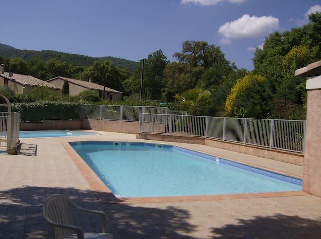 Maison avec piscine au coeur des vignes et chênes - Gonfaron - Huis