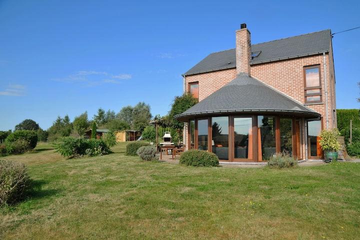 Prachtig gelegen familiehuis met een openlucht zwembad en een grote zonnige tuin
