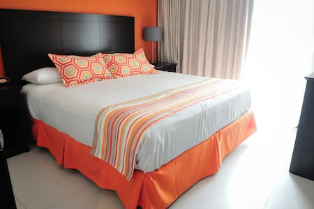 Great pool!! Location by the beach and downtown - Oranjestad - Bed & Breakfast