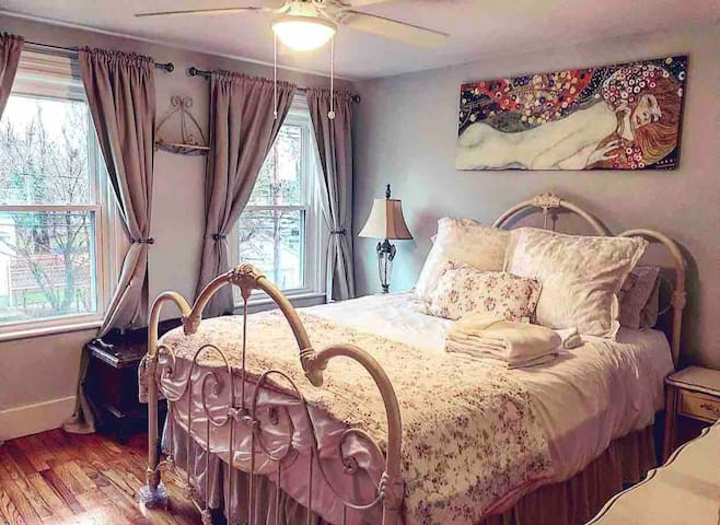 The Shabby Chic Room (Victorian Near Cape)