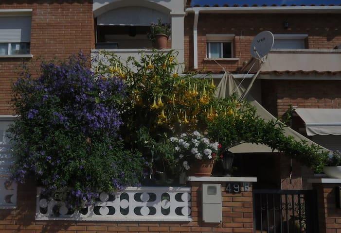 Habitación soleada exterior - Roda de Berà - House