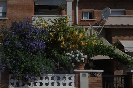 Habitación soleada exterior - Roda de Berà - Casa