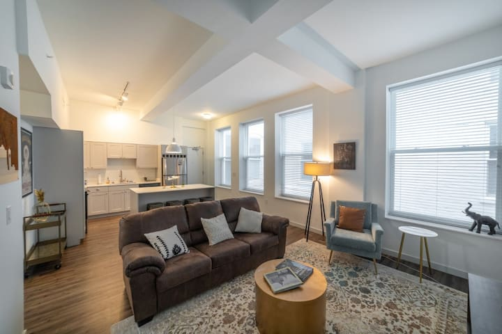 2 Bedroom condo w/ king beds/Free parking/downtown