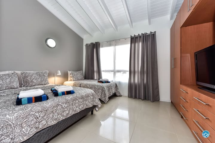 Bedroom 2 with 1 queen and 1 twin bed